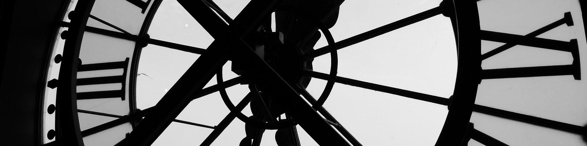 Eine große Turmuhr von innen: Römische Zahlen strahlen eine ansehnliche Eleganz und Zeitlosigkeit aus.