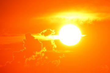 Die Sonne fungiert als energiereicher Kernreaktor. Er verbrennt den Wasserstoff und produziert daraus Helium, der uns mit Wärme und Energie versorgt.