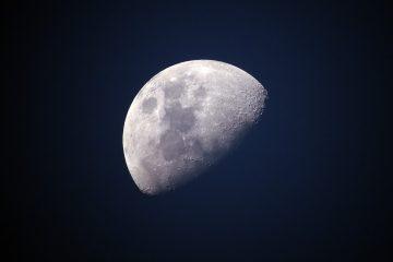 Der Mond ist der Begleiter der Erde, der satellitengleich seinen Einfluss auf unsere Lebensweise hat. Mit den Gezeiten steuert er Ebbe und Flut. Außerdem verlangsamt er die Erdrotationsgeschwindigkeit und hält die Achse stabil.